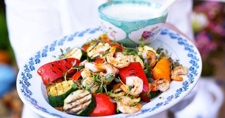 Tillsammans med sval örtsås blir dina grillade grönsaker och räkor en riktigt fräsch rätt! Välj stora räkor som är lättare att grilla.
