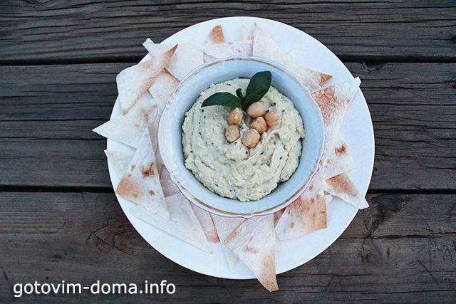 ХУМУС / HUMMUS.                                                      Хумус — полезная кремообразная паста с неповторимым вкусом. Может подаваться как отдельное блюдо так и как начинка. Присутствует в рационе вегетарианцев и мясоедов. Главный ингредиент хумуса — нут, бараний горох. Обязательно замоченный на ночь до приготовления любых блюд из него.