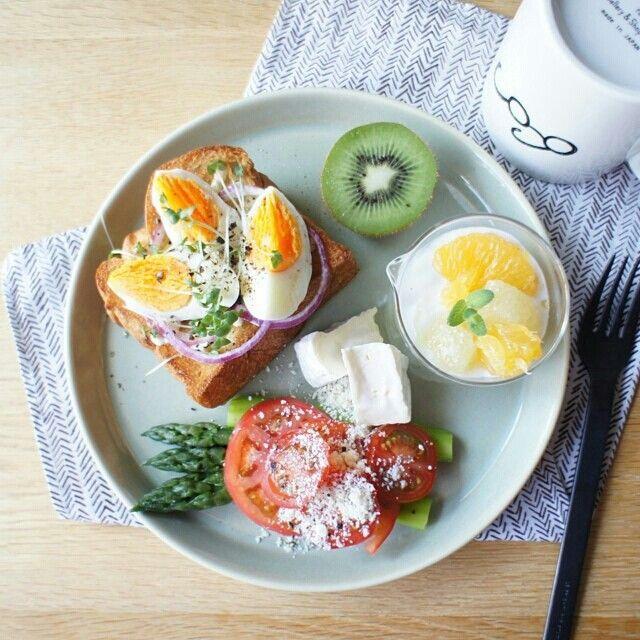 Αυγα σε ψωμι με Ντοματα, Τυρι και Χυμο Λεμονι-Πορτοκαλι στο πλαι, + Φρουτο.