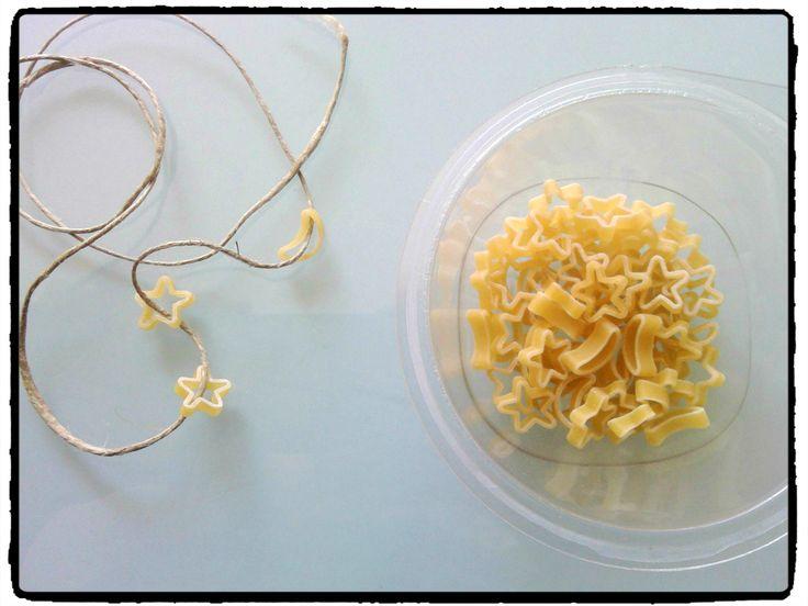 un bracelet d'étoiles et de lunes en pâtes, motricité fine, activité enfant