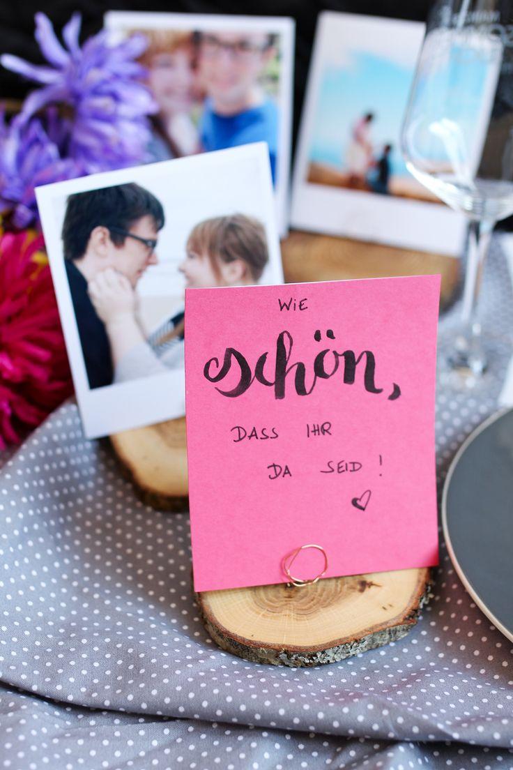 Tischdekoration für die Hochzeitsfeier - DIY Tischkartenhalter mit Polaroid-Foto und Holzscheibe // DIY tutorial for a wooden disc photo holder for your wedding