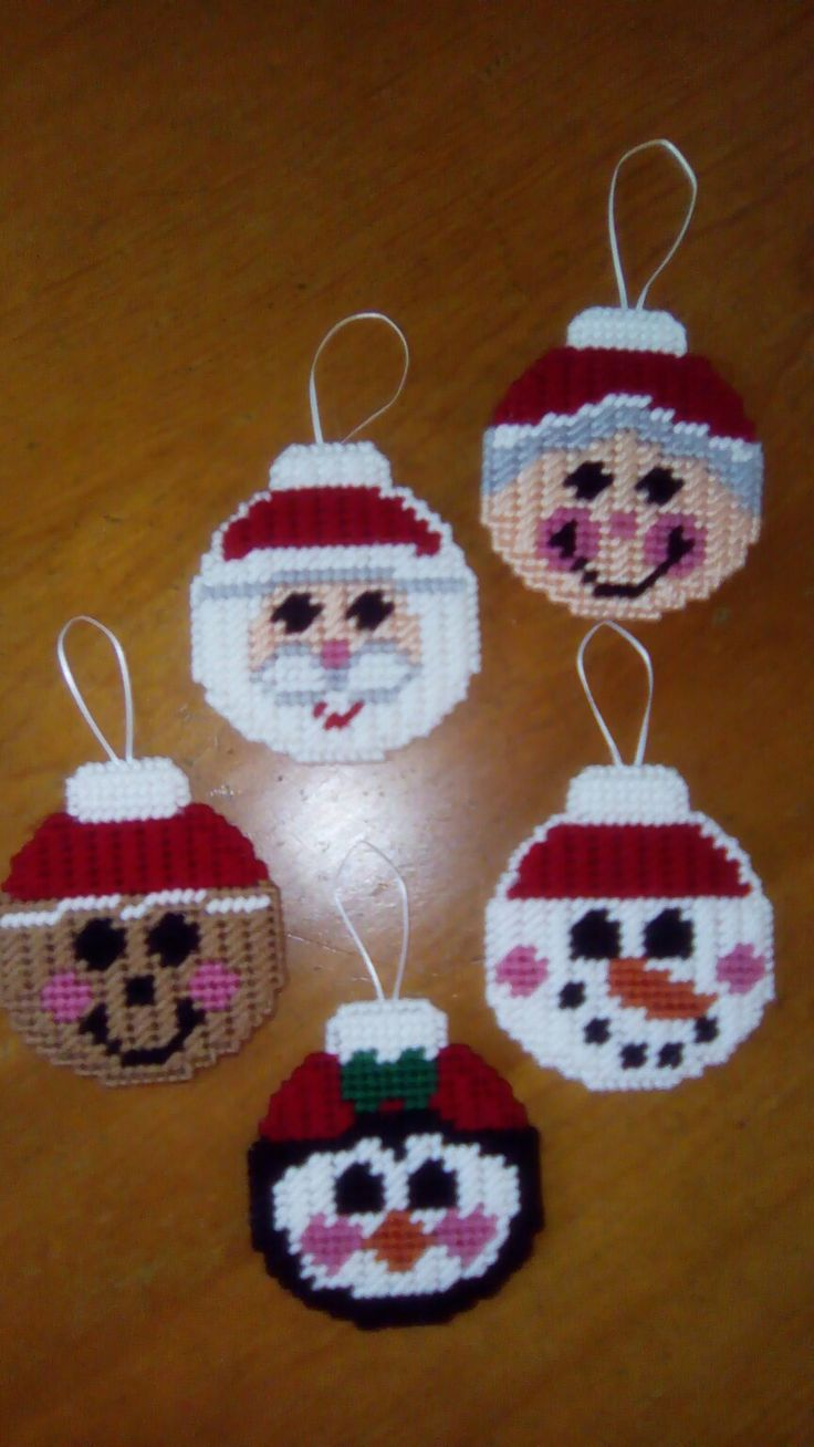 Cute little plastic canvas Xmas baubles...