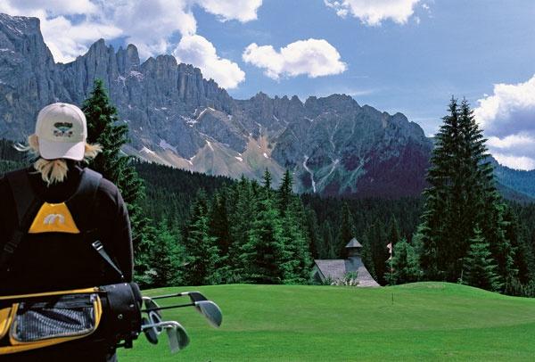 De parel van de Dolomieten, zo wordt het gezellige Italiaanse plaatsje Molveno genoemd.   Molveno ligt op 864 meter hoogte aan het adembenemende gelijknamige meer en heeft prachtige uitzichten op de toppen van de Brenta Dolomieten. Het nabijgelegen nationale park Adamello di Brenta is een paradijs voor avonturiers en natuurliefhebbers. U kunt er golfen, fietsen, mountainbiken, maar ook lekker wandelen. Molveno zelf beschikt over een Olympisch zwembad, tennisbanen, winkels en restaurants.