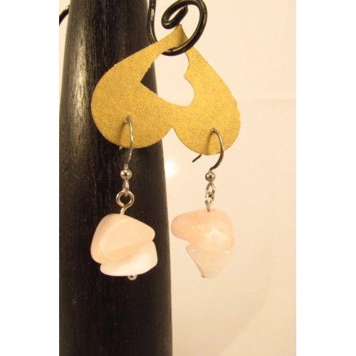 Boucles d'oreilles simples, offrant 2 agates brutes chacune, dans les tons de rose mat et blanc lustré. Création Bijoux Cou de Cœur fabriquée à la main au Québec.
