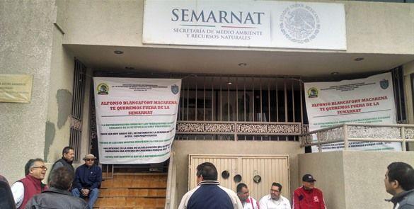 """Trabajadores """"toman"""" oficinas de Semarnat"""