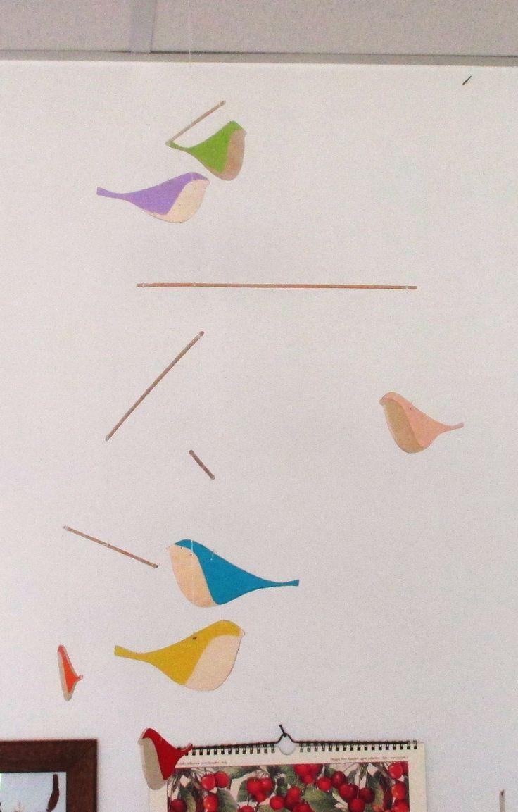 mobile con uccellini in compensato colorazione con carta