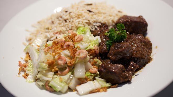 Dendeng terik (gekruid rundvlees met kokosmelk) & gebakken Chinese kool - recept | 24Kitchen