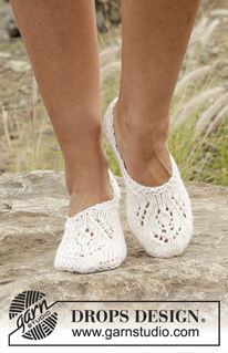 """Snow Fairy - Knitted DROPS slippers with lace pattern in """"Nepal"""". - Free pattern by DROPS Design"""