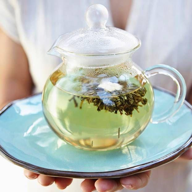 Wir kennen etliche gesunde Lebensmittel, die uns beim Abnehmen helfen. Doch wie sieht es eigentlich mit Getränken aus? Mit diesen Teesorten purzeln die Pfunde!
