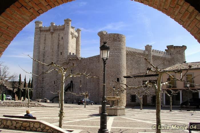 En su interior hay un patio de armas, que tuvo un pozo con agua en el centro. Dejó de ser habitado a finales del siglo XVI y sólo en ocasiones excepcionales fue usada para albergar a reyes Carlos V o Felipe II, y a visitantes ilustres. En sus muros se hicieron fuertes los navarros, en concreto las tropas mandadas por el capitán Juan de Puelles, durante la campaña de Juan II de Navarra en 1445 contra su primo Juan II de Castilla. Pese a ser derrotados en la primera batalla de Olmedo, aquí…