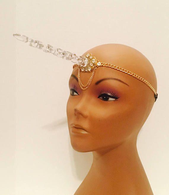 Kristall Einhorn-Horn, Kopf Stück, gemacht mit einem filigranen gold Farbe Metall, geschmückt mit klaren, Goldfarbe Kette (kein echtes gold) und einem dehnbaren Band am Ende der Ketten für bequemen Tragekomfort. Das Einhorn-Horn ist aus Acryl und die Basis besteht aus einem