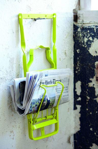 DAS ist mal eine Idee: Alten Fahrradgepäckträger in der Lieblingsfarbe lackieren, an die Wand geschraubt und fertig ist der neue Magazinhalter.