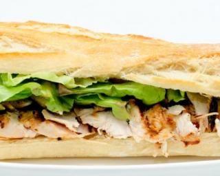 Sandwich sucré-salé au poulet, pousses d'épinards et pêche : http://www.fourchette-et-bikini.fr/recettes/recettes-minceur/sandwich-sucre-sale-au-poulet-pousses-depinards-et-peche.html