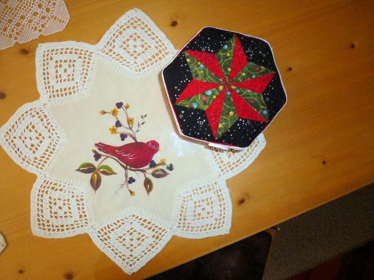 Caja decorativa y carpeta en crochet