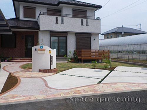 外構によって駐車場のデザインは変わってきます。駐車場はお庭の一部です。素敵なエクステリアを施して、おしゃれな庭造りをしましょう!芝生やコンクリートを活用したエクステリアなど色々な駐車場がありますよ。