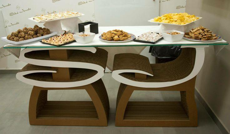 Realizzazioni su progetto. Tavolo con le iniziali della gioielleria Sikè Jewels in cartone e profilo Mdf bianco.  #Cartonfactory #ecodesign #tavolo #cartone #cardboard #furniture
