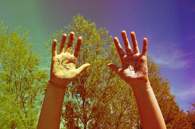 Έχουμε συγκεντρώσει και σας δίνουμε10 οδηγίες από το Paulo Coelho, που θα σας βοηθήσουν να αλλάξετε τη φιλοσοφία σας για τη ζωή! 1. Όλοι οι άνθρωποι είναι διαφορετικοί. Και θα πρέπει να κάνουν ό,τι μπορούν για να παραμείνουν έτσι. 2. Σε κάθε άνθρωπο έχουν δοθεί δύο ποιότητες: η δύναμη και το ταλέντο. Η δύναμη τον [...]