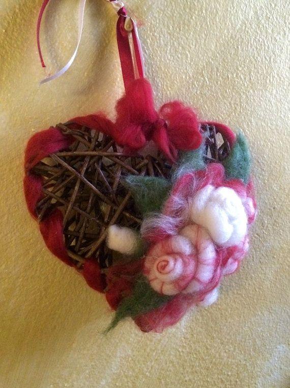 Cuore in legno con boccioli di rosa in lana di CreazioniMonica