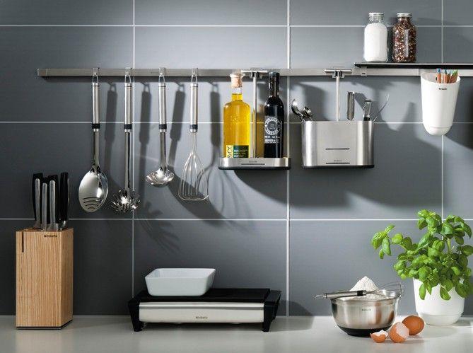 50 Идей дизайна маленькой кухни от 5 кв. м: как грамотно использовать каждый сантиметр площади http://happymodern.ru/dizajjn-kukhni-ot-5-kv-m/ На штангу можно повесить любые предметы первой необходимости Смотри больше http://happymodern.ru/dizajjn-kukhni-ot-5-kv-m/