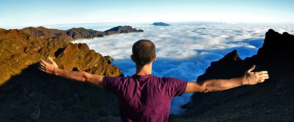 La sensación de tener la inmensa oquedad de la Caldera de Taburiente y las nubes por debajo de ti