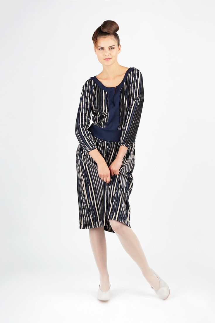 Caroline is a dress in 20s-style with long sleeves. The head opening is bound with a placket, the waist accentuated with a waistband and the skirt is slightly gathered.