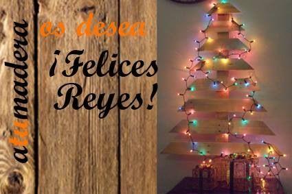 Árbol de Navidad hecho con palet y adornado con luces