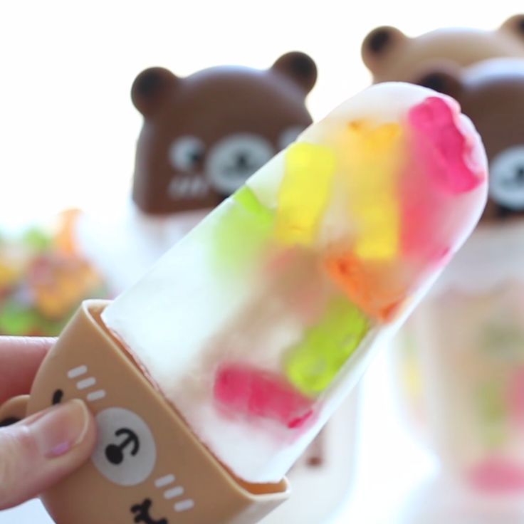 Have you seen a cuter popsicle? Aloe juice tastes delicious with these sweet gummy bears!