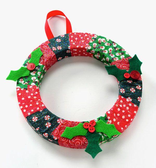 Ghirlanda natalizia fai da te con tessuti decorativi