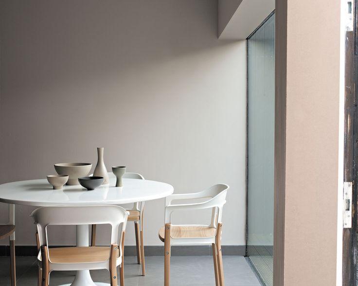 Jouez la modernité avec les tons naturels. Les teintes naturelles argile, beige et saumon donnent un air scandinave à cette salle à manger design, dont le style est souligné par les lignes claires de la table blanche.
