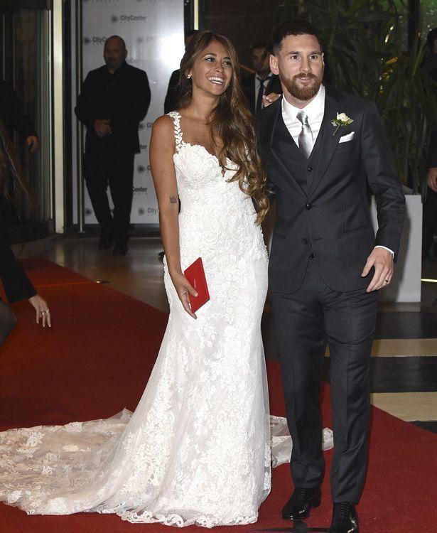 Lionel Messi Alles Uber Das Hochzeitskleid Von Antonella Roccuzzo Kleid Hochzeit Hochzeitskleid Hochzeitsfeier Ideen