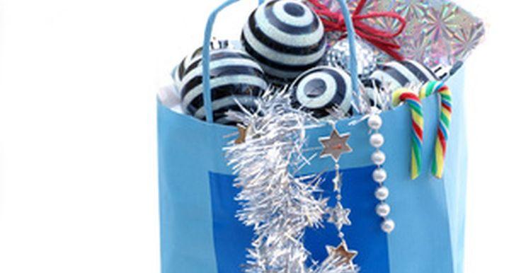 Como imprimir fotos em sacolas de papel pardo. Em vez de comprar sacolas de presentes caras para um feriado ou aniversário, tente fazer impressões em sacolas de papel para poupar tempo e dinheiro. As imagens são mais fáceis de serem vistas em sacolas de papel artesanais brancas, mas a imagem adequada pode ser vista em uma sacola marrom também. As possibilidades para o que você pode imprimir em ...