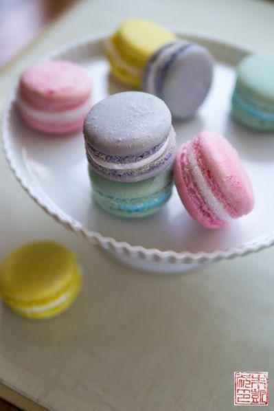 Fluffy Marshmallow Creme Macarons on www.dessertfirstgirl.com