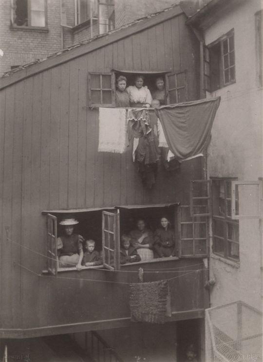Adelgade 71. Kvinder på trappen mellem for- og baghus