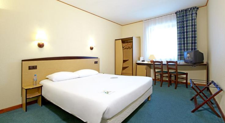 Campanile Hotel Szczecin Szczecin Located just 700 metres from Szczecin Glówny Railway Station, Campanile Hotel Szczecin offers air-conditioned rooms with satellite TV and tea and coffee-making facilities. Wi-Fi is free in the entire hotel.