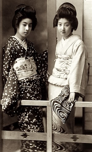 The History of Geisha (photo from http://www.ginacolliasuzuki.com/japanese-prints/twogeisha.jpg)