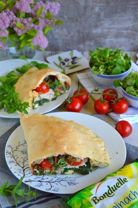 Calzone ze szpinakiem, pomidorkami, roszponką, szynką i mozzarellą