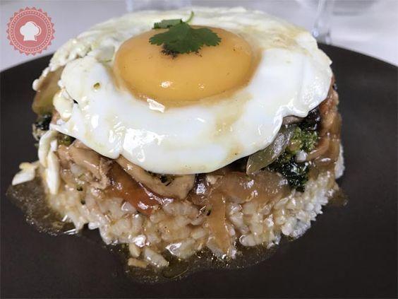 Recette typique de l'île Maurice et de la Réunion, le bol renversé #riz #oeuf #poulet #légumes #soja #sauce #champignons #bol #oignons #huitres #maurice #chine