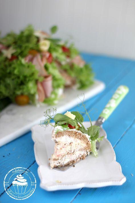 Herkullinen kinkkuvoileipäkakku, kukkakimpun muodossa. Delicious ham sandwich cake as a flower bouquet.