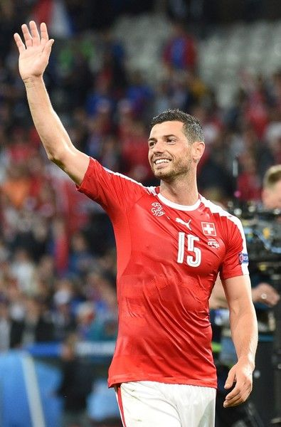 Switzerland's midfielder Blerim Dzemaili acknowledges the crowd following their 0-0 draw in the Euro 2016 group A football match between Switzerland and France at the Pierre-Mauroy stadium in Lille on June 19, 2016. / AFP / FRANCOIS LO PRESTI