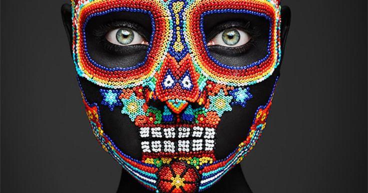 Esta sesión fotográfica fue realizada por el fotógrafo británico Rankin. Las fotografías nos muestran rostros completamente maquillados y pintados que hacen alusión a la típica festividad del día de muertos, en México. Es interesante ver como elementos de la cultura mexicana y de regiones específicas del país, son utilizados como inspiración para crear increíbles rostros de la muerte. ¿Qué te parecieron? ¿Cuál es tu favorito?