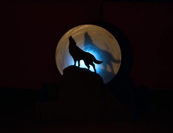 Lampara de Lobo aullando a la luna. Luz ambiental. por WitchDreams