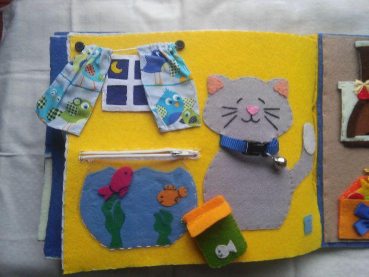 """Quiet Book - Livro Interactivo, pág 14 """"O Gato e o Aquário"""", em feltro, tecido, missangas e uma coleira com um guizo que se abre. O aquário tem um fecho zip que se podem tirar os peixinhos e dár-lhes de """"comer"""". Mas cuidado com o gatinho!"""