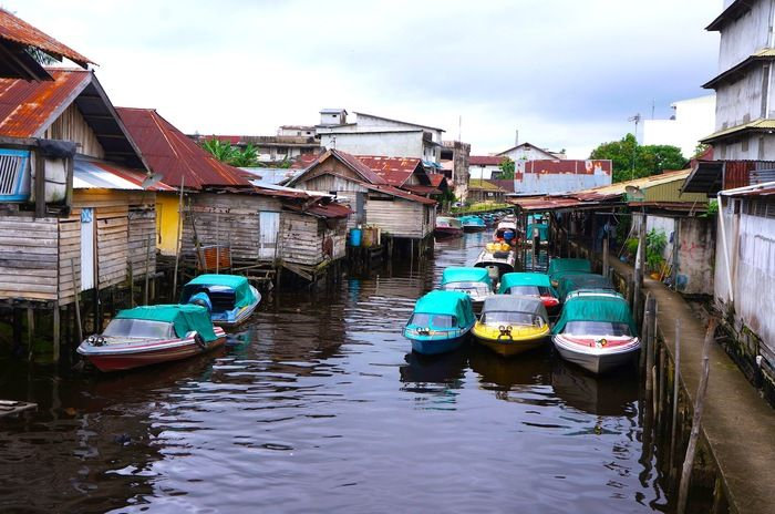Little Venice: a pool of privately owned speed boats park near humble surroundings. (Photo by Icha Rahmanti)