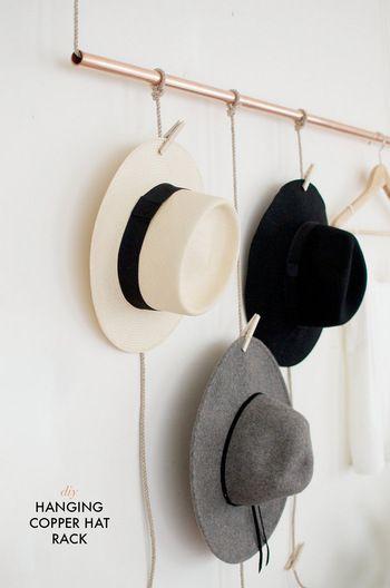 収納しにくく、型崩れしてしまっては台無しの帽子も、壁にディスプレイするように縦に収納するのも良いアイディア。吊るした紐にウッドピンチで挟んでいくだけでおしゃれに見えますよ。