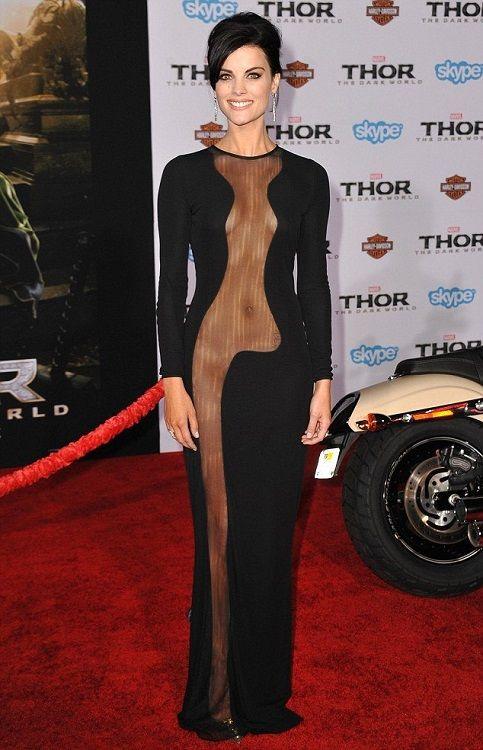 Джейми Александер в черном платье с сексуальной прозрачной вставкой