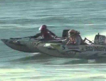 Ο αγώνας αγωνιστικών φουσκωτών κόντρα σε μεγάλα κύματα είναι πολύεντυπωσιακός. Γίνεται στο Mosselbay στο πλαίσιο των αγώνων SAIBASurf National 2012 - Thundercat Inflatable Power Boat Racing.