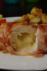 Gevulde kipfilet met brie en spek - LoveMyFood Juicy chickenbreast stuffed with brie and wrapped in bacon.