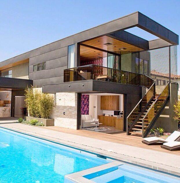 الدرج مع الغرفه اللي تطل على المسبح