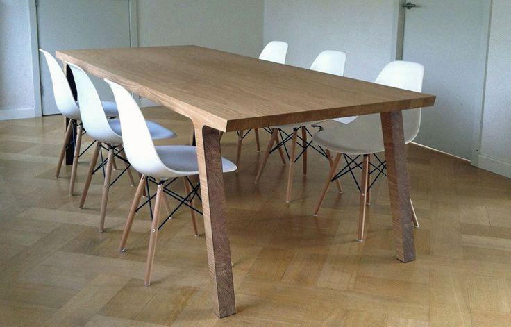 Eettafel One is een tafel met 2 gezichten: stoer en elegant. De lange kant van de tafel heeft een zacht silhouet, terwijl de korte kant een hardere, haast afgekapte vorm heeft. Deze dualiteit wordt door het materiaal benadrukt: de nerf van het hout loopt over de gehele tafel in 1 richting, waardoor het lijkt alsof deze design eettafel uit 1 blok hout is gemaakt. € 2.430+