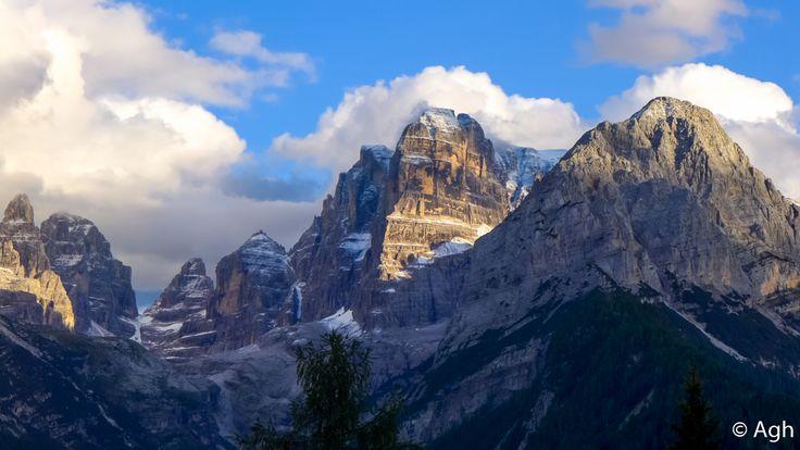 La magnificenza del Crozzon di Brenta e della Val Brenta, vista dalla strada tra Pinzolo e Campiglio. Nulla da invidiare alle Montagne Rocciose americane! ● http://girovagandoinmontagna.com/gim/adamello-presanella/(gruppo-presanella)-giro-dei-5-laghi-alla-conca-dei-serodoli/